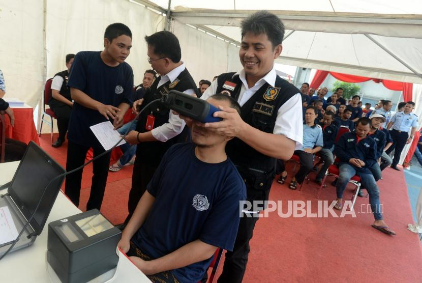 Petugas melakukan perekaman data E-KTP (Ilustrasi)