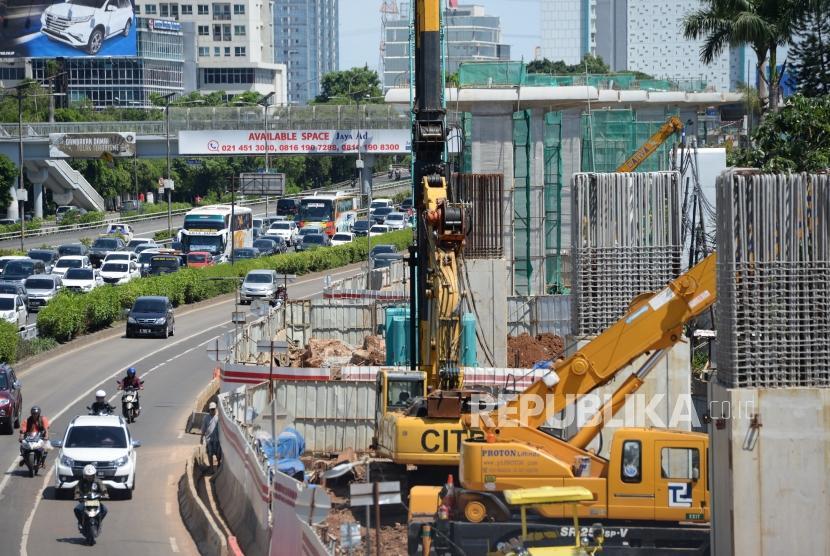 Proyek Dengan Biaya Sukuk. Pengerjaan proyek LRT di kawasan Cawang, Jakarta. ilustrasi