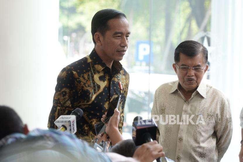 Presiden Joko Widodo (kiri) bersama Wapres Jusuf Kalla menjawab pertanyaan wartawan usai pertemuan di Istana Wakil Presiden, Jakarta, Kamis (9/8).