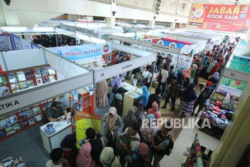 Pengunjung memadati Jabar Book Fair 2018 yang digelar Ikatan Penerbit Indonesia (IKAPI) dan Pemprov Jawa Barat, di Gedung Landmark, Jalan Braga, Kota Bandung, Ahad (5/8).