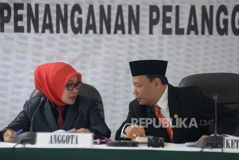 Ketua Bawaslu RI Abhan berbincang dengan Anggota Bawaslu Ratna Dewi Pettalolo.