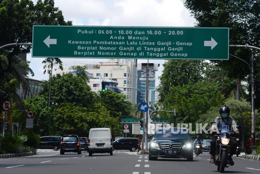 Sejumlah kendaraan melintas di bawah rambu ganjil-genap di Jalan Kebon Sirih, Jakarta, Rabu (2/1).