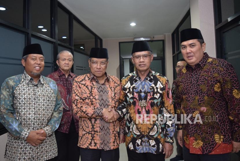 Ketua umum PBNU Said Aqil Siroj berjabat tangan dengan Ketua Umum PP Muhammadiyah Haedar Nashir sebelum makan malam sekaligus bersilahturahmi di Gedung Pusat Dakwah Muhammadiyah, Jakarta, Rabu (31/10).