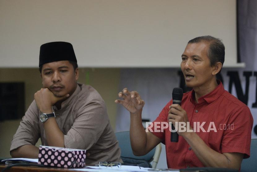 Sekjen Federasi Serikat Guru Indonesia (FSGI) Heru Purnomo (kanan)