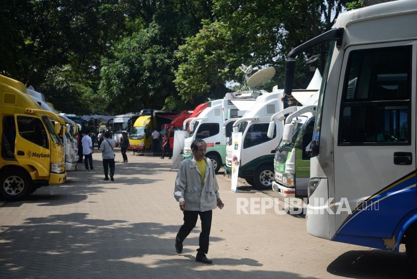 Warga melakukan penukaran uang pecahan kecil di Lapangan IRTI Monas, Jakarta, Senin (13/5).
