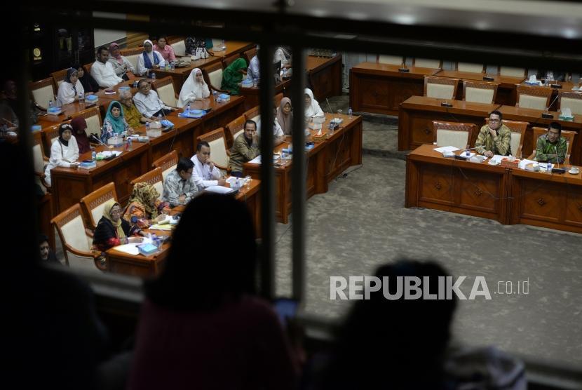Pansus Frist Travel. Jamaah korban penipuan First Travel melakukan rapat dengar pendapat umum (RDPU) bersama Komisi III DPR RI di Komplek Parlemen Senayan, Jakarta, Selasa (3/4).