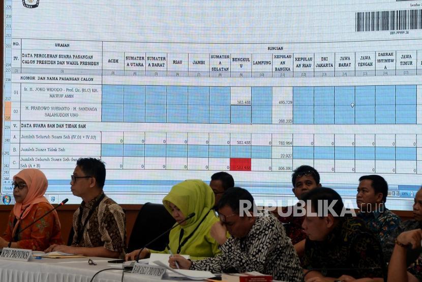 Sejumlah perwakilan KPU dan Bawaslu Provinsi saat menghadiri Rapat Pleno Rekapitulasi Hasil Penghitungan dan Perolehan Suara Tingkat Nasional Dalam Negeri dan Penetapan Hasil Pemilu 2019 di kantor KPU, Jakarta, Ahad (12/5).