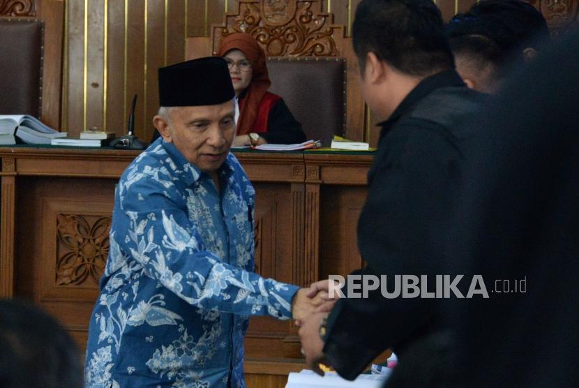 Ketua Dewan Kehormatan PAN Amien Rais usai memberikan kesaksian dalam sidang kasus dugaan penyebaran berita bohong atau hoaks dengan terdakwa Ratna Sarumpaet di PN Jakarta Selatan, Jakarta, Kamis (4/4).