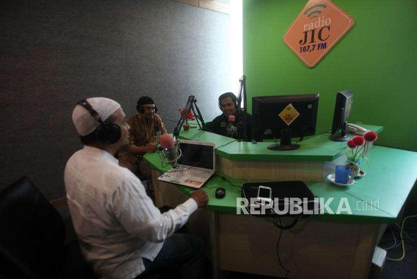 Penyiar radio saat melakukan siaran di Radio Jakarta Islamic Center, Jakarta, Jumat (12/10).
