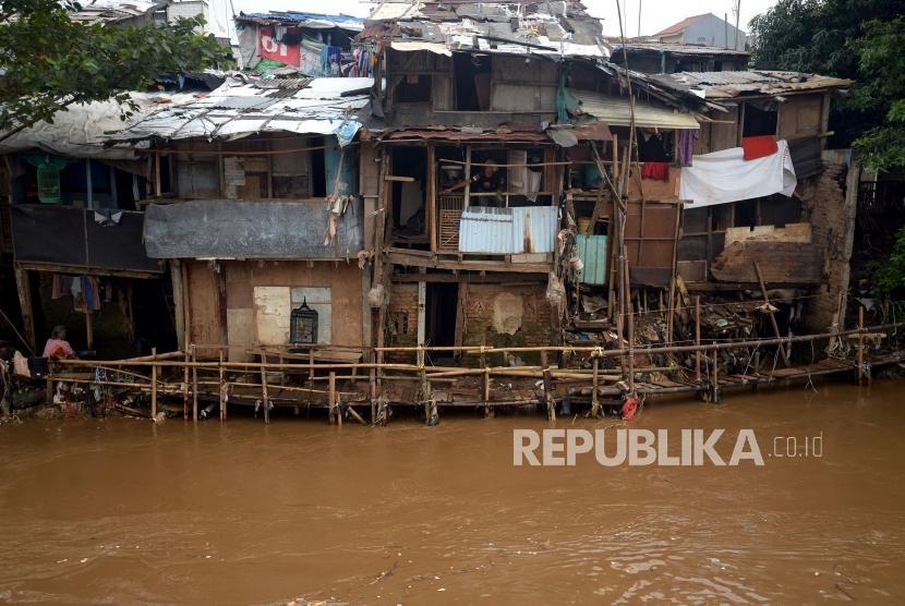 Deretan rumah kumuh bantaran sungai Ciliwung di Jakarta, Senin (26/2).