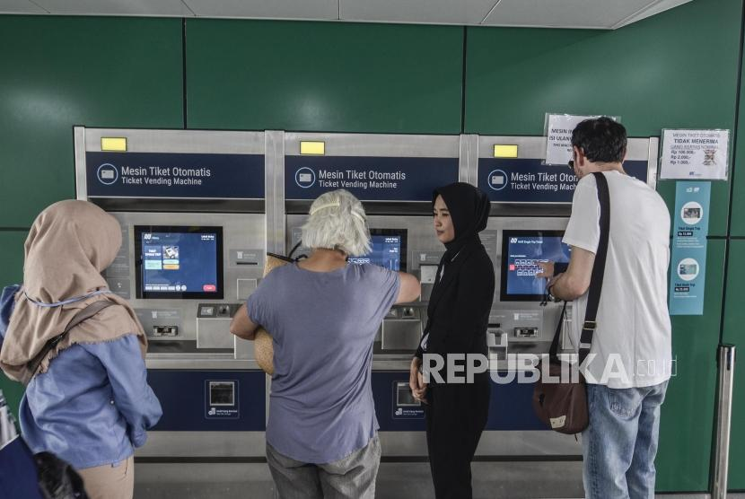 Sejumlah masyarakat membeli tiket MRT (Mass Rapid Transit)  di stasiun Lebak Bulus, Jakarta Selatan, Senin (13/5).