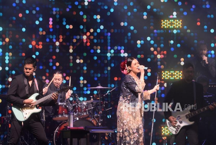 Konser Raisa. Penyanyi Raisa tampil dalam konser bertajuk Fermata Intimate Concert di Jakarta, Rabu (22/11).