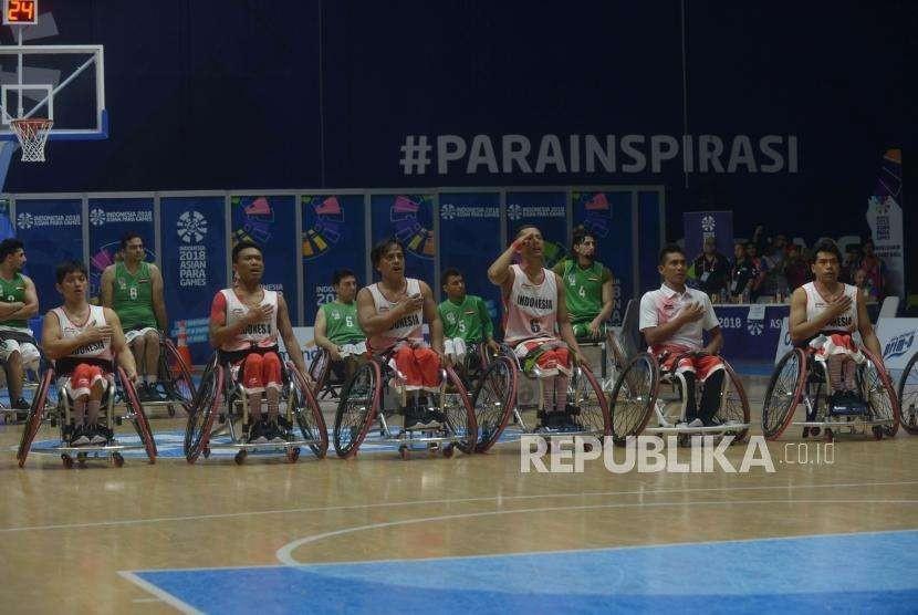Tim Basket Kursi Roda  Indonesia menyanyikan lagu Indonesia Raya menjelang pertandingan  Basket Kursi Roda antara Indonesia melawan Irak dalam Asian Para Games ke 3 di  Hall Basket, Jakarta, Rabu (11/10).