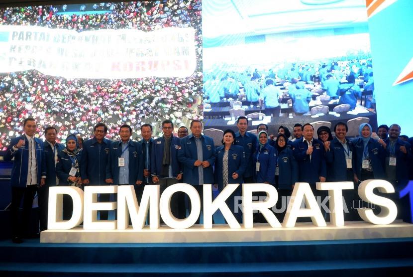 Penutupan Pembekalan Caleg. Ketua Umum Partai Demokrat Susilo Bambang Yudhhoyono bersama fungsionaris berfoto usai penutupan Pembekalan Caleg Legislatif DPR RI di Jakarta, Ahad (11/11).