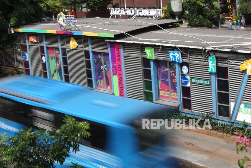 Bus Transjakarta melintas didepan Halte Transjakarta Benhil, Jakarta, Sabtu (6/1).