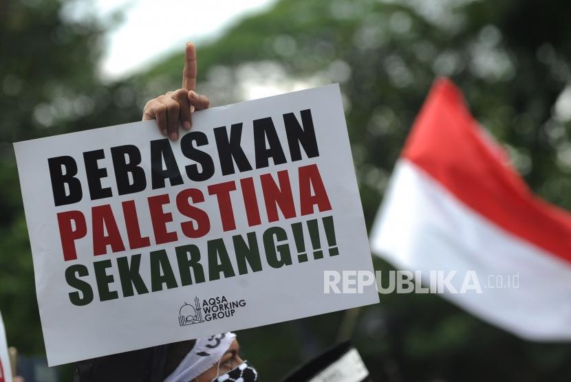 Poster bertuliska 'Bebaskan Palestina Sekarang'. (Ilustrasi)