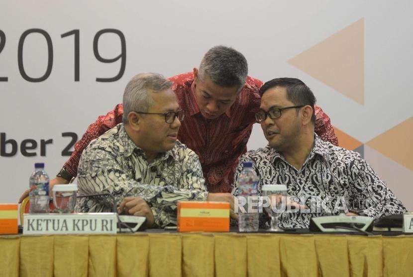 Ketua KPU, Arief Budiman  (kiri) berbincang dengan Anggota KPU Viryan (kanan) dan Wahyu Setiawan (tengah)  dalam acara rapat pleno terbuka  Rekapitulasi Daftar Pemilih Tetap untuk pemilu 2019 di  Kantor KPU, Jakarta, Rabu (9/5).