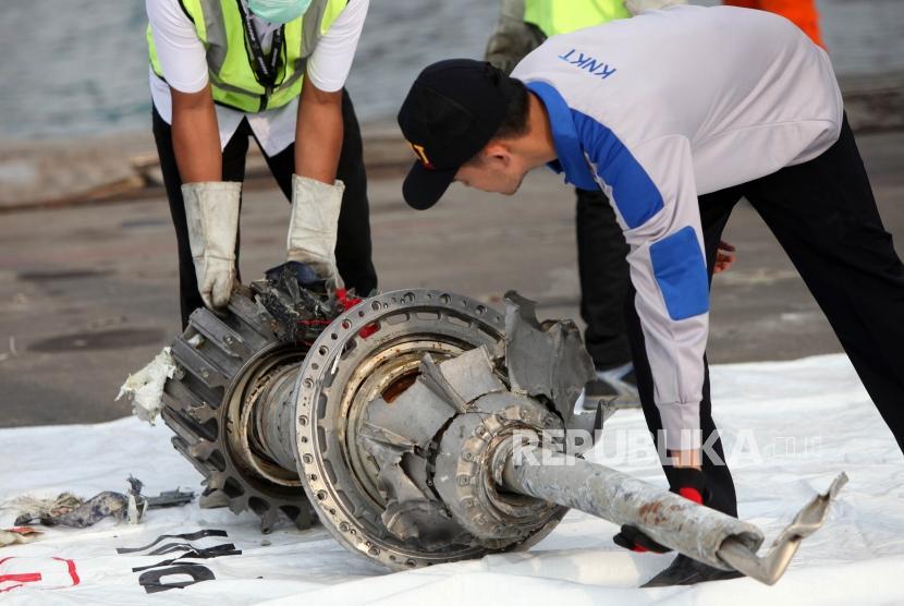 Petugas mengangkat puing pesawat Lion Air JT-610 yang jatuh di Tanjung Priok, Jakarta, Rabu (7/11).