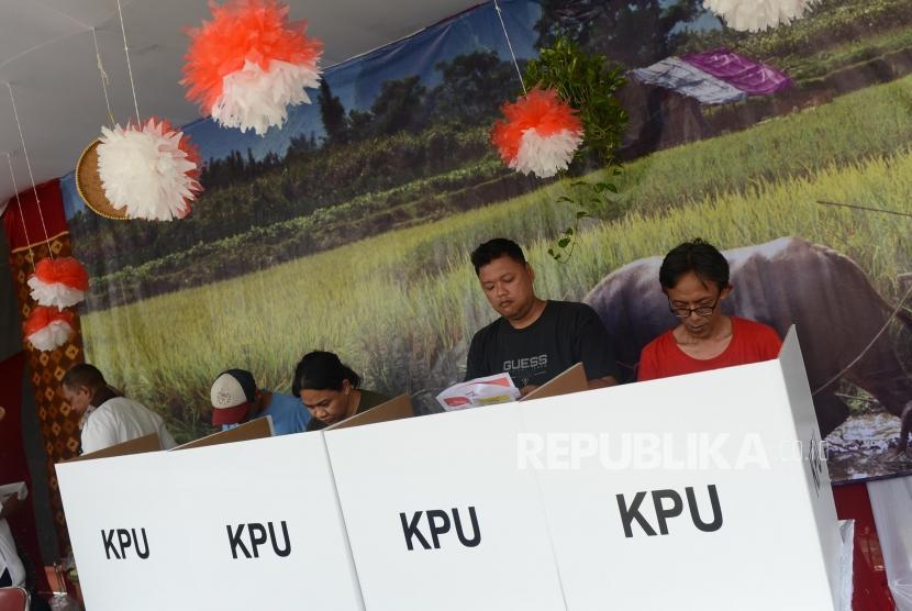 Sejumlah warga menggunakan hak pilihnya di tempat pemungutan suara (TPS) bertemakan Kampoeng Pemilu Nusantara di Depok, Jawa Barat, Rabu (17/4).