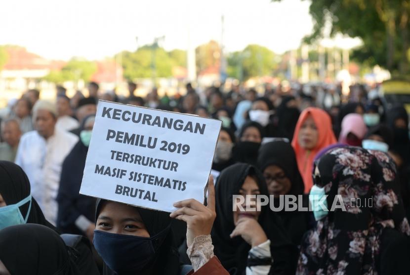 Shalat Ghaib Korban Aksi 22 Mei. Peserta aksi dari Gerakan Kedaulatan Rakyat mzengikuti kasi usai melakukan shalat ghaib untuk korban Pemilu 2019 dan korban meninggal aksi 22  Mei di Jalan Trikora, Yogyakarta, Jumat (24/5/2019).