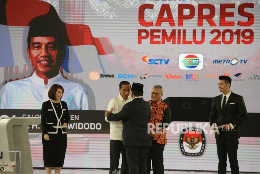 Capres No 01 Joko Widodo bersama Capres No 02 Prabowo Subianto dan ketua KPU Arief Budiman saat debat keempat Capres 2019 di Hotel Shangri-La, Jakarta, Sabtu (30/3).