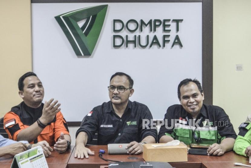 Konferensi pers aksi 22 Mei Dompet Dhuafa.Imam Rulyawan Direktur Dompet Dhuafa Filanthrophy (tengah), Benny Direktur Disaster Managemet (kiri) dan Dian Mulyadi Relawan tim medis (kanan) saat konferensi pers di Jati Padang, Jakarta Selatan, Kamis (23/5).