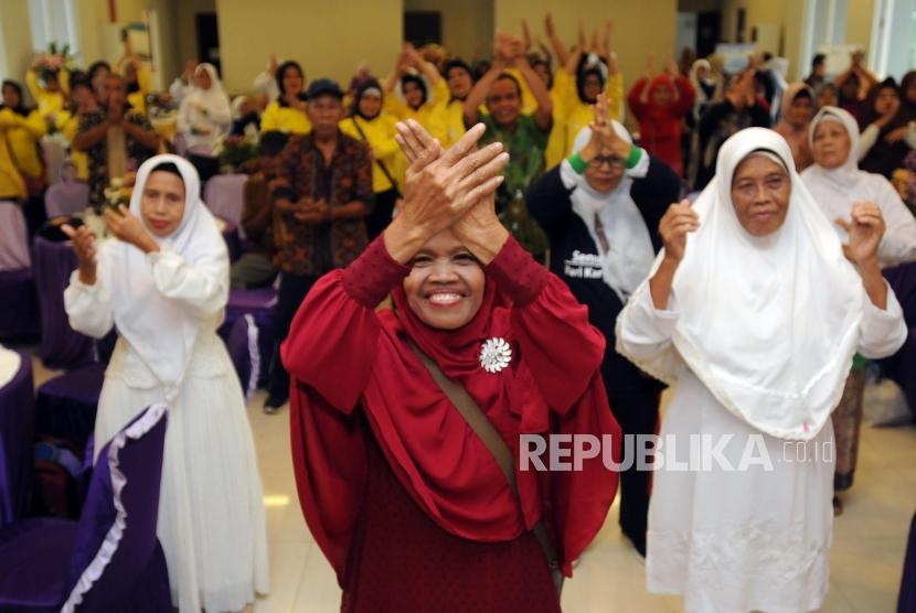 Sejumlah lansia menampilkan Tari Maumere di Zona Madinah, Parung, Bogor, Jawa Barat, Selasa (24/4).