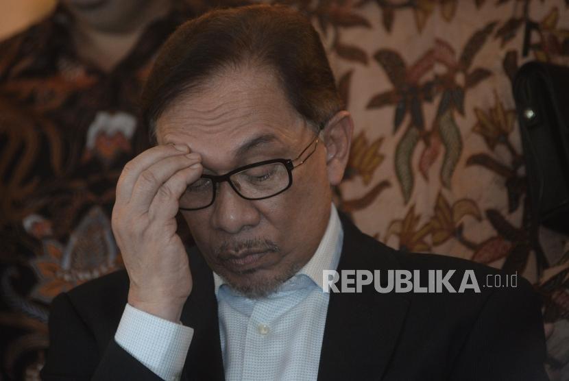 Mantan Wakil Perdana Menteri Malaysia Anwar Ibrahim seusai melakukan pertemuan di Jakarta, Ahad (20/5).