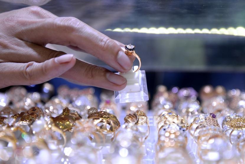 Harga Perhiasan Naik Tipis. Penjual menunjukan perhiasan emas di Toko Cantik, Jakarta, Senin (25/12).