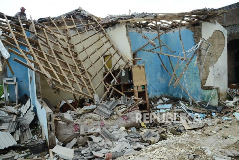 Sebuah rumah hancur terkena angin puting beliung. (ilustrasi)