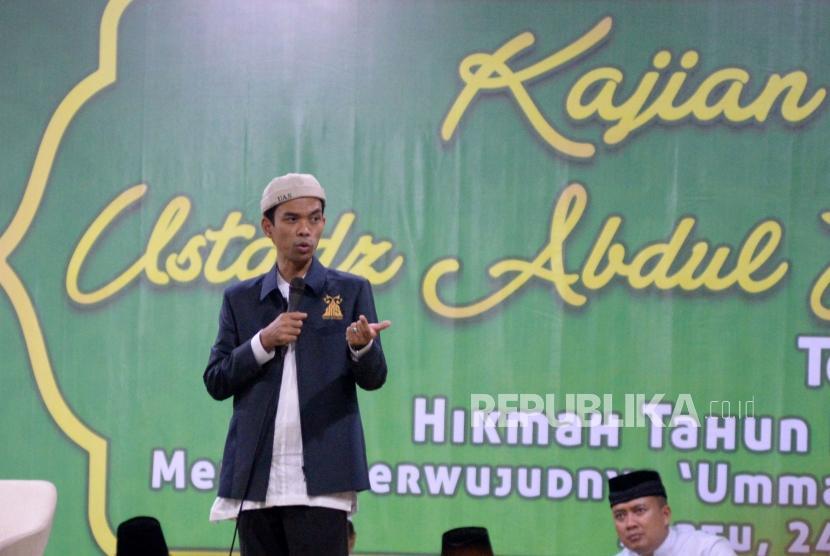 Ustaz Abdul Somad (UAS) saat memberikan kajian bersama di halaman Masjid Al-Huda,Talang,Jakarta,Sabtu (24/8) malam.