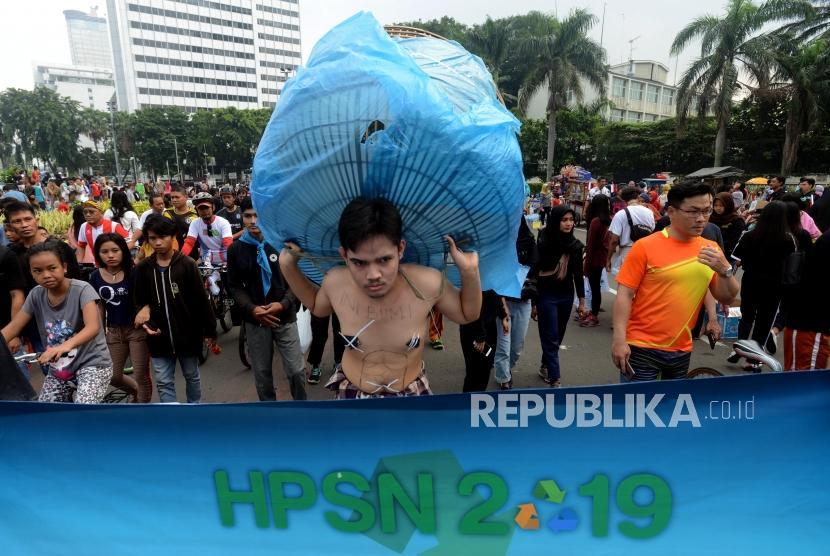 Hari Peduli Sampah Nasional. Sejumlah aktivis melakukan aksi teatrikal bertemakan lingkungan saat Hari Bebas Kendaraan Bermotor di Bundaran HI, Jakarta, Ahad (24/2).