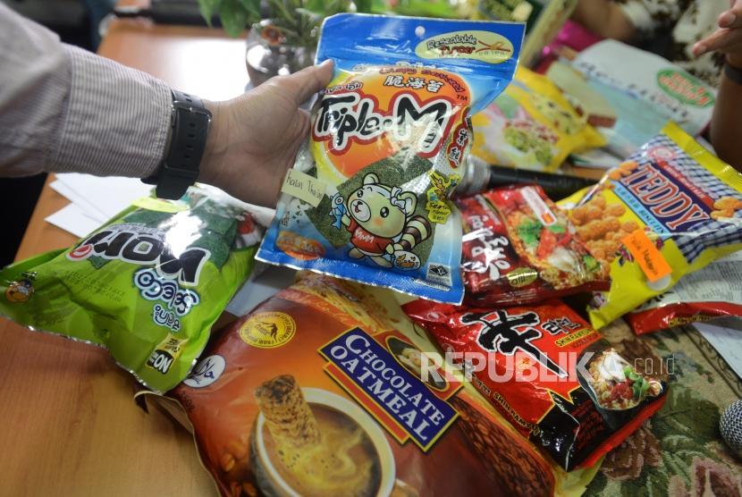 Sejumlah produk makanan luar tanpa sertifikasi halal diperlihatkan di Kantor Indonesia Halal Watch, Jakarta, Rabu (6/2).