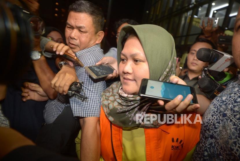Penahanan Neneng. Bupati Bekasi, Neneng Hasanah Yasin menggunakan rompi tahanan KPK usai menjalani pemeriksaan sebagai tersangka di Komisi Pemberantasan Korupsi (KPK), Jakarta, Selasa (16/10).