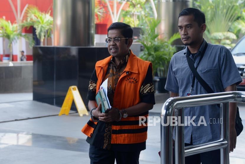 Terdakwa kasus dugaan suap proyek PLTU Riau-1 Idrus Marham saat akan menjalani pemeriksaan di gedung KPK, Jakarta, Kamis (16/5).