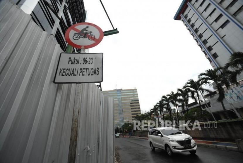 Larangan Motor. Rambu Larangan Motor di  kawasan Sarinah Menuju Jalan Thamrin, Jakarta Pusat, Selasa (07/11).