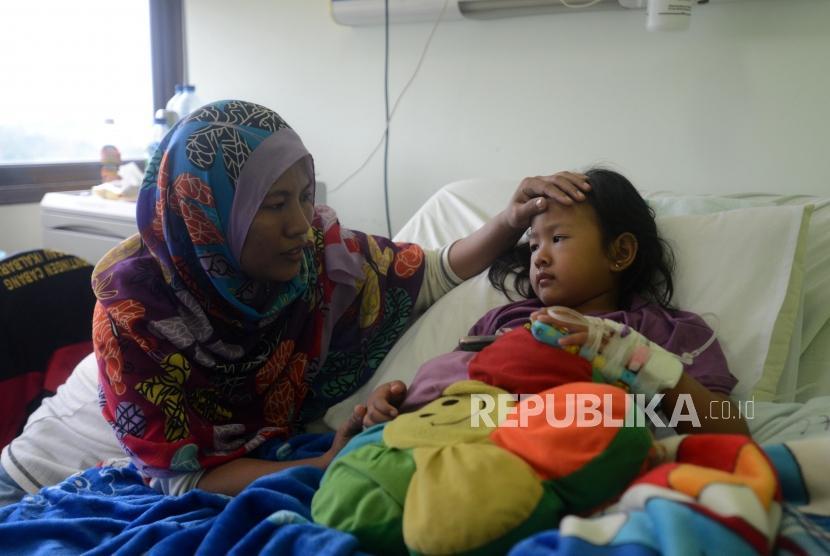 Pasien Demam Berdarah Dengue (DBD) saat menjalani perawatan di RSUD Depok, Jawa Barat, Senin (28/1).