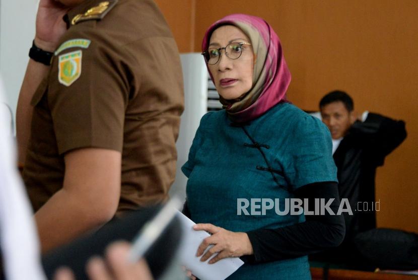 Terdakwa kasus dugaan penyebaran berita bohong atau hoaks Ratna Sarumpaet usai mengikuti sidang lanjutan di PN Jakarta Selatan, Jakarta, Selasa (12/3).
