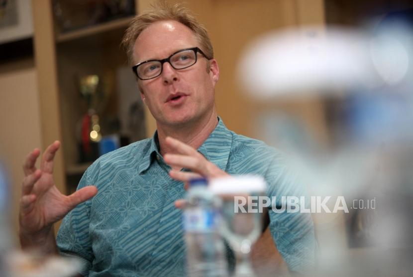 Kepala Bagian Media Juru Bicara Kedutaan Besar Australia Ian Gerard memberikan paparannya saat kunjungan di Kantor Republika, Jalan Warung Buncit, Jakarta, Kamis (22/3).