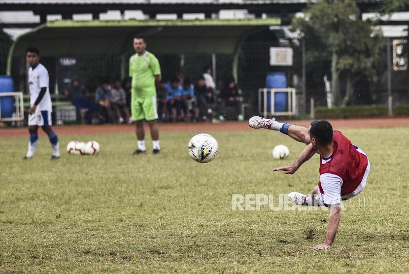 Penyerang Persib Bandung Artur Gevorkyan mengikuti sesi latihan di Sasana Olahraga Ganesha (Saraga) ITB, Kota Bandung, Jumat (19/4).