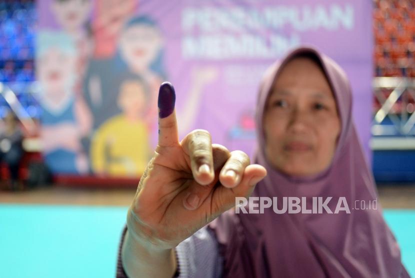 Warga memperlihatkan jari yang telah diberikan tinta usai mencoblos (ilustrasi)
