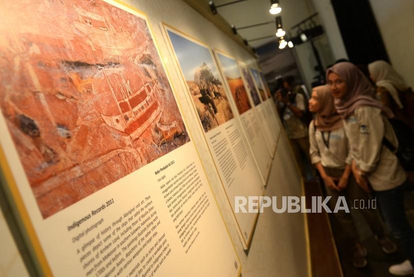Berbagi Sejarah Islam Australia. Pengunjung melihat pameran foto sejarah Islam Australia di Museum Sejarah Jakarta, Senin (15/4/2019).