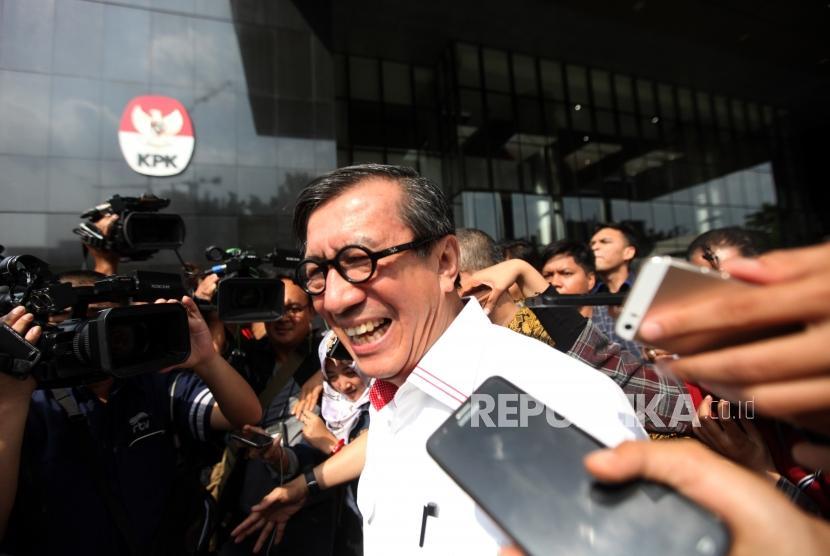 Menteri Hukum dan HAM (Menkumham) Yasonna H Laoly berjalan seusai menjalani pemeriksaan di Gedung KPK, Jakarta, Senin (2/7).