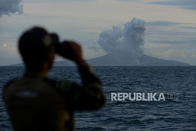 Anggota TNI memantau aktivitas Gunung Anak Krakatau (ilustrasi)