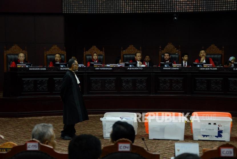 Hakim Mahkamah Konstitusi memperlihatkan sejumlah barang bukti pihak pemohon yang belum bisa diverifikasi kepada Tim Kuasa Hukum Prabowo-Sandi, Bambang Widjojanto pada sidang lanjutan Perselisihan Hasil Pemilihan Umum (PHPU) Pemilihan Presiden (Pilpres) 2019 di Gedung Mahkamah Konstitusi, Jakarta, Rabu (19/6).