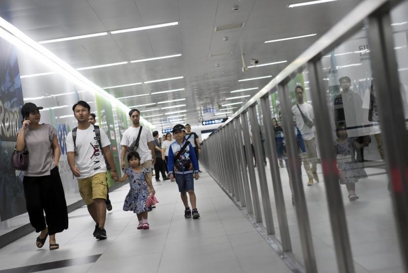 Warga berjalan di di Stasiun MRT Bundaran HI, Jakarta. PT MRT Jakarta memulai pembangunan fase 2 MRT Jakarta Koridor Bundaran HI sampai dengan Kota.