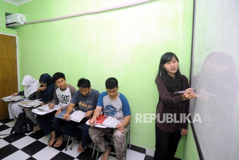Anak-anak mengikuti kegiatan les bimbingan belajar / Ilustrasi