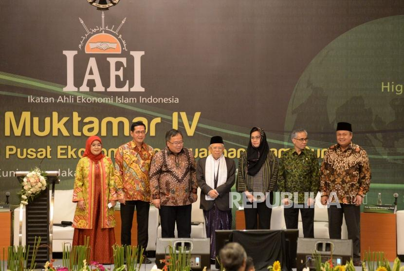 Wakil Presiden terpilih yang juga Ketua Dewan Pertimbangan DPP Ikatan Ahli Ekonomi Islam Indonesia (IAEI) KH Ma'ruf Amin (tengah) berbincang bersama Ketua Umum IAEI yang juga Menteri PPN/Kepala Bappenas Bambang Brodjonegoro (tiga kiri), Menteri Keuangan Sri Mulyani (tiga kanan), Gubernur BI Perry Warjiyo (kanan), Ketua Dewan Komisioner OJK Wimboh Santoso (dua kanan),Ketua KNKS Ventje Raharjo (dua kiri) dan Sekjen IAEI Munifah Syanwani (kiri) sebelum panel diskusi dalam rangkaian acara Muktamar IV IAEI di Jakarta, Jumat (23/8).