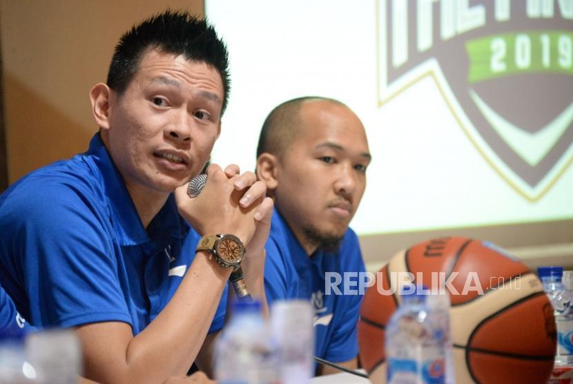 Pelatih Satria Muda Pertamina Youbel Sondakh didampinig pemain Satria Muda Pertamina Arki Dikania Wisnu memberikan keterangan terkait pertandingan final IBL Pertamax 2018/2019 di Jakarta, Selasa (19/3).