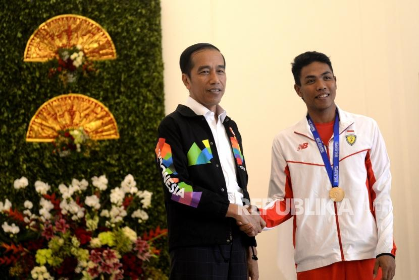 Presiden Terima  Lalu Muhammad Zohri. Presiden Joko Widodo (kiri) menerima  Atlet lari  Lalu Muhammad Zohri di Istana Kepresidenan Bogor, Jawa Barat, Rabu (18/7).
